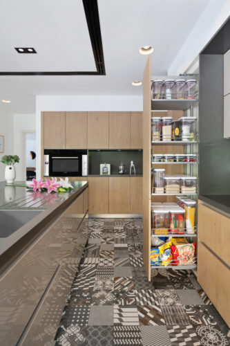 Oak wood combined with glossy lacquered finishes for kitchen fronts on decorative floor tiles